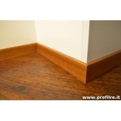 Battiscopa Iroko moderno bordo squadrato in legno alto 5 centimetri spessore mm 13